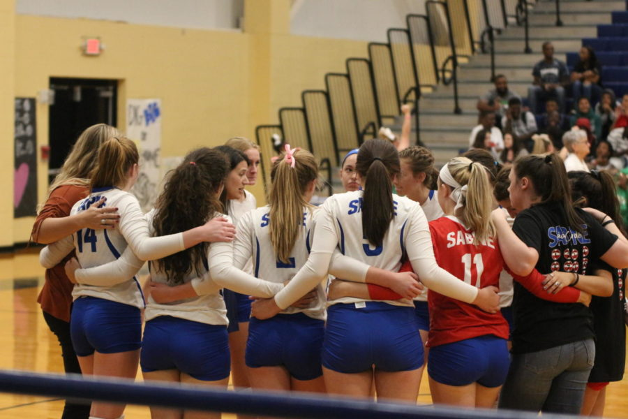 Volleyball+team+in+a+huddle%0A
