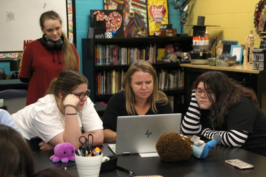 During the Oct. 5 art club meeting, sophomore Malia McGee, senior Lacey Lasseigne, BOLD Design graphic designer Reagan Dirksen and sophomore Katelyn Phelps work on designing t-shirts for the club.