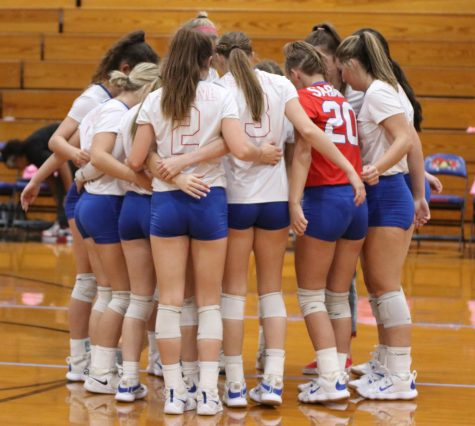 The varsity volleyball team huddles up during the Oct. 1 game against White Oak.